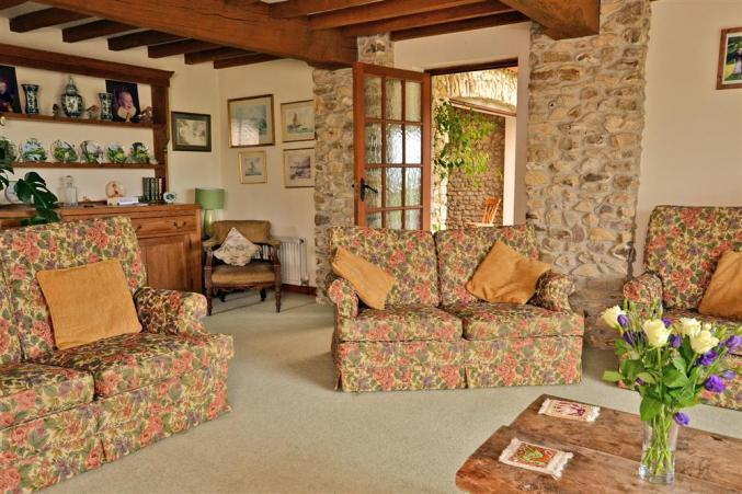 sofas in lounge at Hedge End holiday let.
